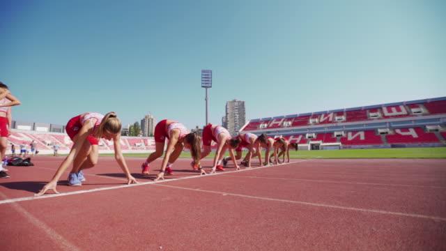 başlangıç çizgisinde kadın koşucular - başlama çizgisi stok videoları ve detay görüntü çekimi