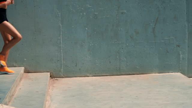 vidéos et rushes de femme courant en bas des escaliers - joggeuse