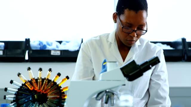 4 k の研究室で実験女性科学者 - 研究者点の映像素材/bロール