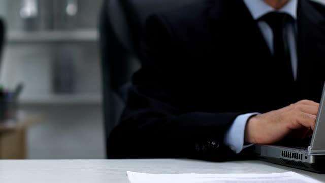 weibliche sekretärin serviert kaffeetasse für männlichen direktor arbeiten laptop, hilfe - unterordnung stock-videos und b-roll-filmmaterial