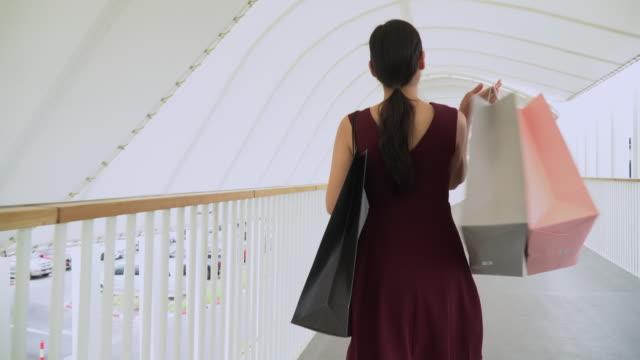 kvinnlig shoppingdag promenad i köpcentrum - 35 39 år bildbanksvideor och videomaterial från bakom kulisserna