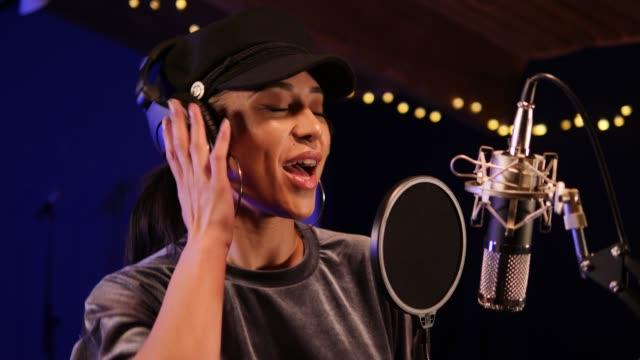 4k: female singer / musician in recording studio - cantante video stock e b–roll