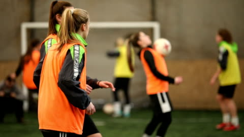 vídeos y material grabado en eventos de stock de jugadores de fútbol femenino pasando la bola - feminidad