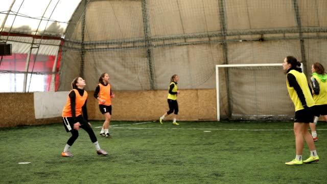 weibliche fußball-spieler üben kopf kick - geköpft stock-videos und b-roll-filmmaterial