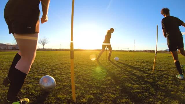 kvinnliga fotbollsspelare öva boll färdigheter - fotboll bildbanksvideor och videomaterial från bakom kulisserna