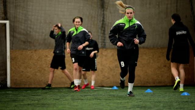 stockvideo's en b-roll-footage met vrouwelijke voetbalteam hebben een praktijk - samen sporten