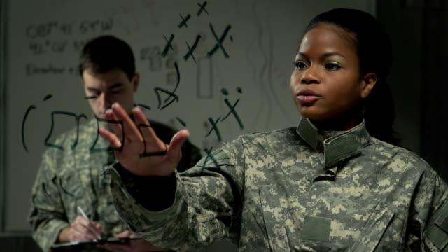 vídeos de stock e filmes b-roll de mulher soldado explicar o plano de acção - fuzileiro naval
