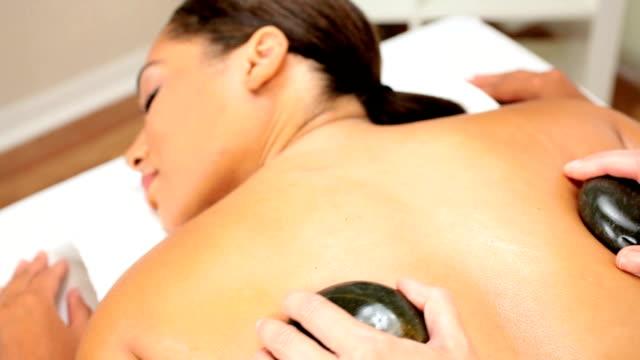 kobieta spa klient otrzymaniu masaż - terapia lastone filmów i materiałów b-roll