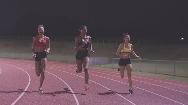 atleta sportiva femminile in pista - atletico video stock e b–roll