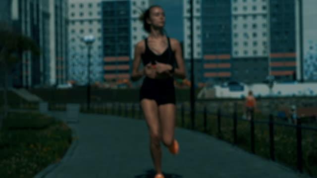 vidéos et rushes de sportif féminin de jogging en plein air - joggeuse