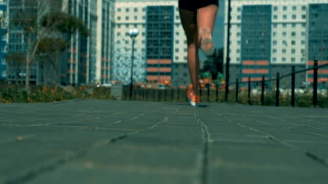 vidéos et rushes de sportif féminin faisant du jogging en plein air - joggeuse