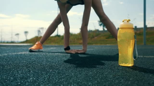 vidéos et rushes de sportif féminin s'étirant à l'extérieur - joggeuse