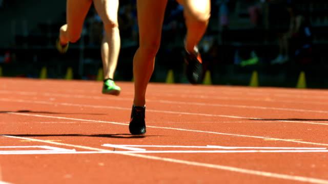 vídeos y material grabado en eventos de stock de hembra sprinters en el finish line (4 k uhd a/hd) - meta