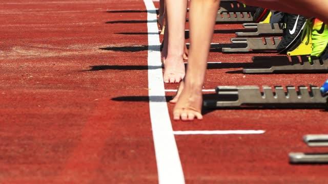vidéos et rushes de sprinters femelles à partir du bloc de départ - starting block