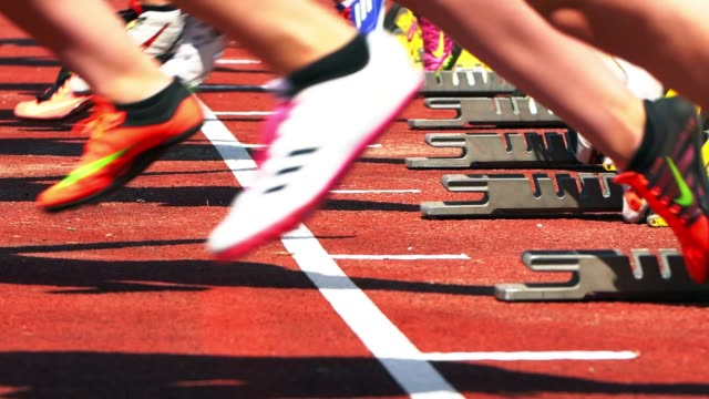 スターティング ブロックから始まって女性スプリンター - 陸上競技点の映像素材/bロール