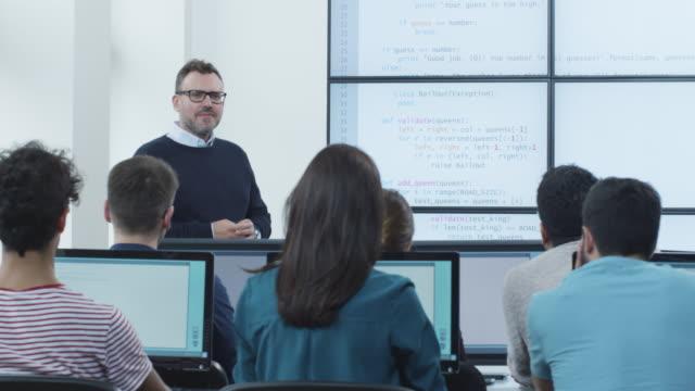 Étudiante en levant la main pour répondre à une Question au cours de la Conférence en cours d'informatique - Vidéo