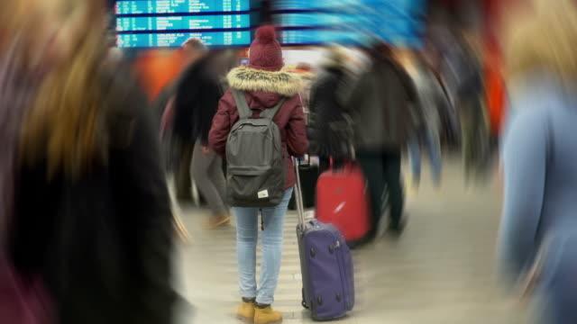 studentessa in attesa per il suo aereo, guardando il programma. effetto creativo - donna valigia solitudine video stock e b–roll