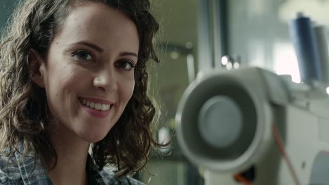 femmina su misura - sarta video stock e b–roll