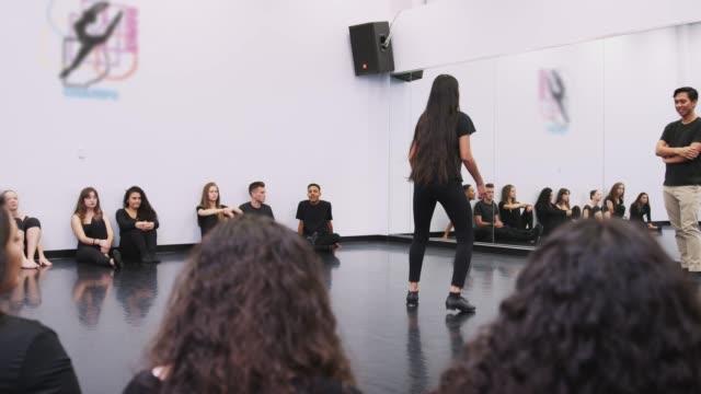 舞台芸術学校で女子タップダンスの学生がスタジオでクラスと教師のために実行します - ダンススタジオ点の映像素材/bロール