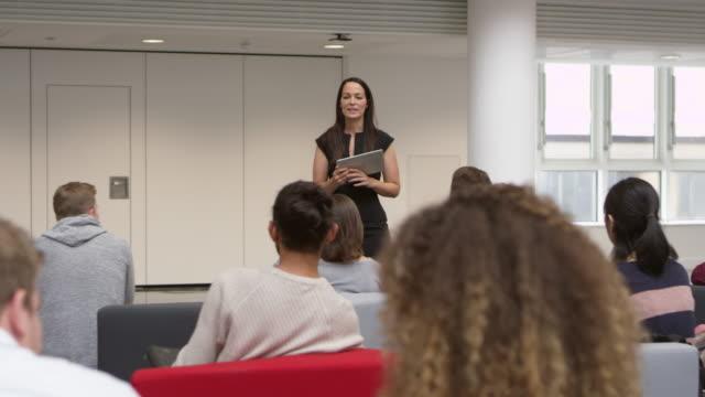 kvinnlig lärare tar frågor från studenter, sköt på r3d - seminarium bildbanksvideor och videomaterial från bakom kulisserna