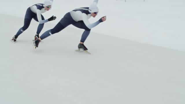 stockvideo's en b-roll-footage met vrouwelijke teamgenoten oefenen voor snelheid schaatsen race - kampioenschap