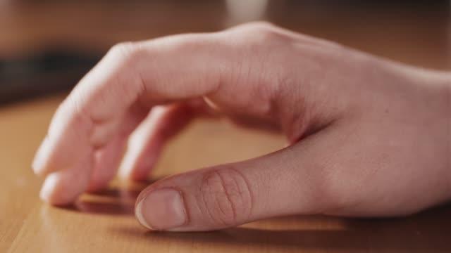 femmina adolescente nervosa mano toccando primo piano - picchiettare video stock e b–roll