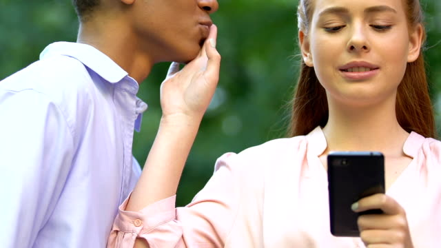 stockvideo's en b-roll-footage met vrouwelijke tiener stoppen vriendje kus, communiceren in sociaal netwerk, verslaving - kids online abuse