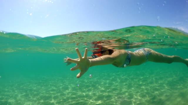 vidéos et rushes de natation femelle d'adolescent dans l'eau de carinbbean, tir de dôme de gopro - prendre un bain