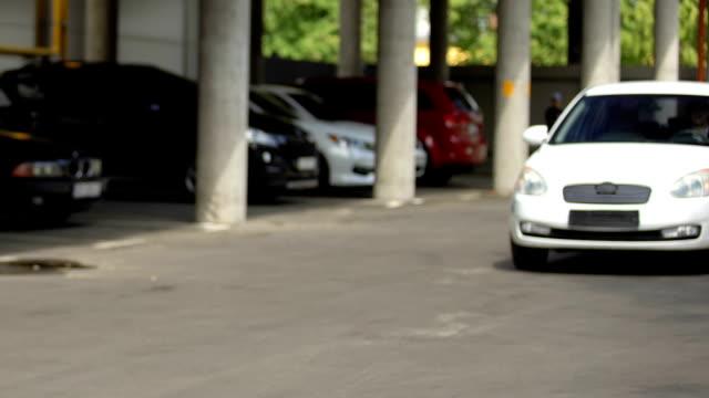 運転車の前部に自転車に乗る女性ティーンエイジャー、交通衝突 - リスク点の映像素材/bロール