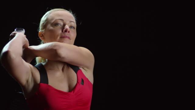 黒の背景に祝う女子テニス選手 - テニス点の映像素材/bロール