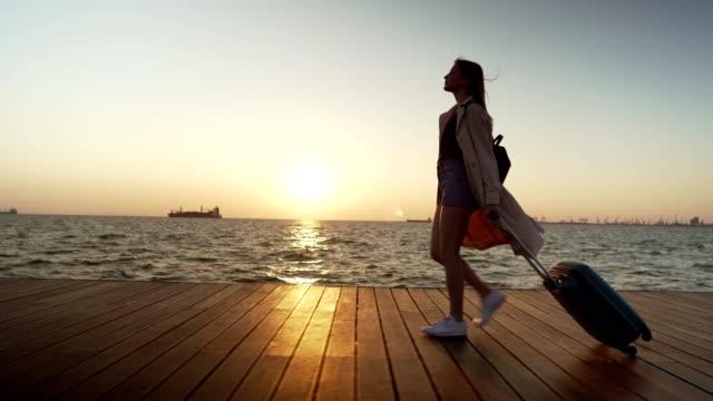 kvinnliga turister njuter av promenaden vid havet - kameraåkning på räls bildbanksvideor och videomaterial från bakom kulisserna