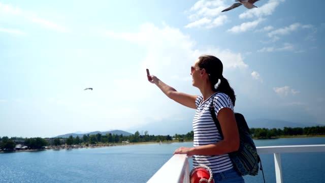 Weibliche Touristen Füttern von Möwen im Flug – Video