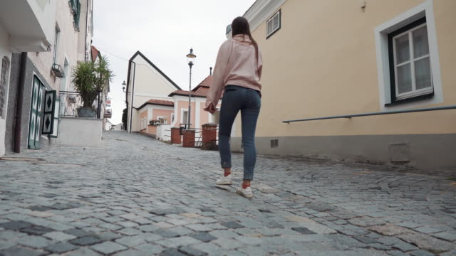 female tourist is walking in small village in austrian valley Wachau - vídeo