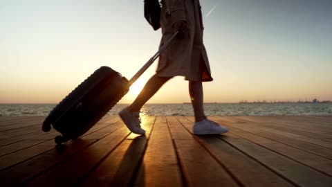 vidéos et rushes de touriste féminin marchant par la mer - voyage