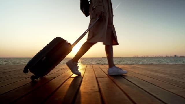 turista donna a piedi in mare - viaggi video stock e b–roll