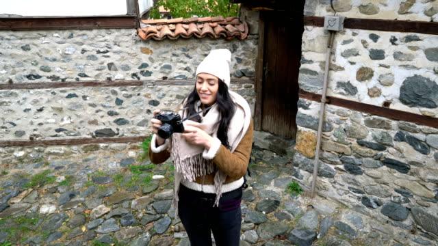 kvinnlig turist gå på små byns gator - endast unga kvinnor bildbanksvideor och videomaterial från bakom kulisserna