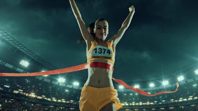 Atletismo femenino corredor cruza la línea de llegada - vídeo