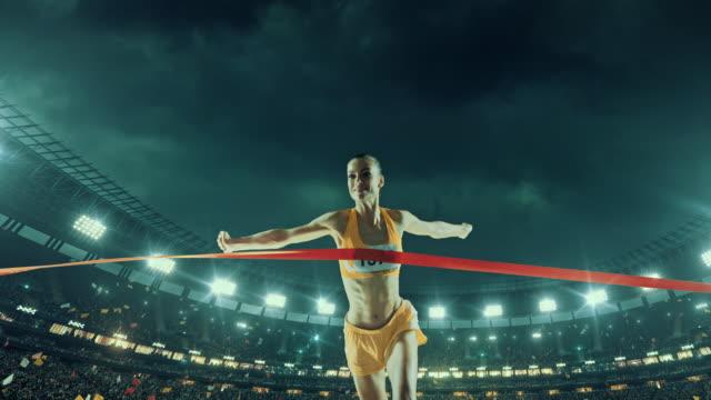 женский трек бегун крест-накрест и поле линии чистовая обработка - достижение стоковые видео и кадры b-roll