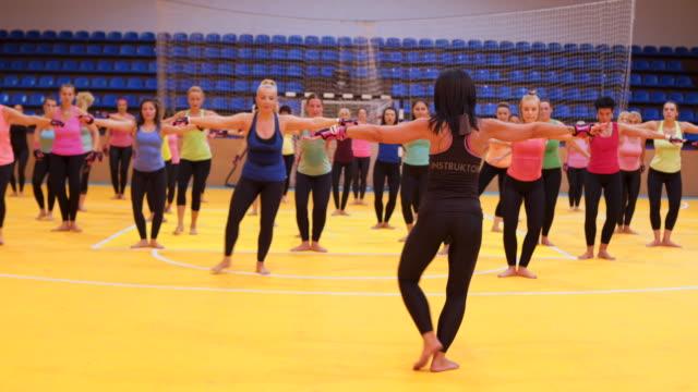 女性トレーナーが運動を示しています - 有酸素運動点の映像素材/bロール