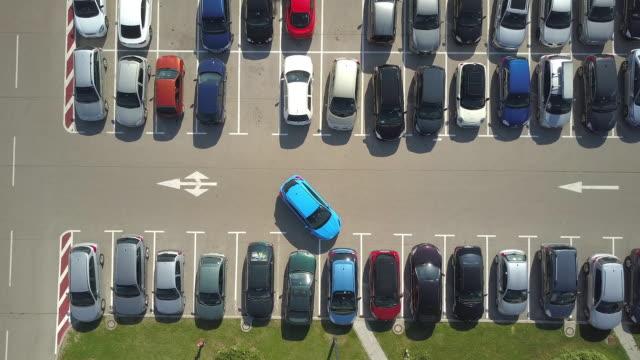 stockvideo's en b-roll-footage met antenne: vrouwelijke herhaaldelijk willen de auto parkeren in parking veel ruimte maar mislukt - parking