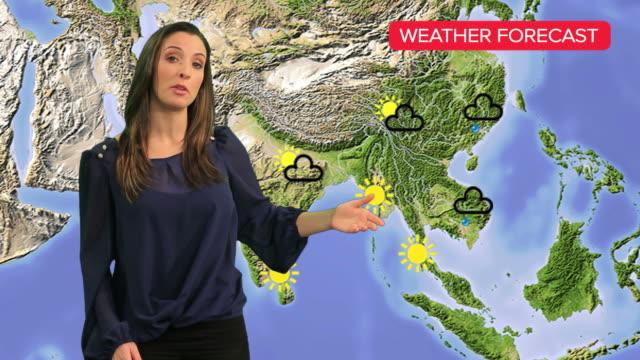 vídeos de stock e filmes b-roll de fêmea tempo apresentador de tv - weatherman