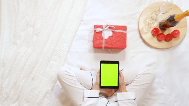 kvinna som använder enheten romantisk morgon hemma - wine box bildbanksvideor och videomaterial från bakom kulisserna