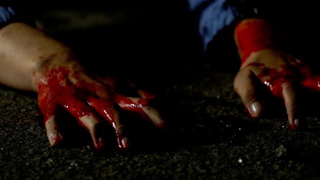 vidéos et rushes de femme victime de fou maniaque avec dernière force tentant de s'échapper, la violence brutale - meurtre