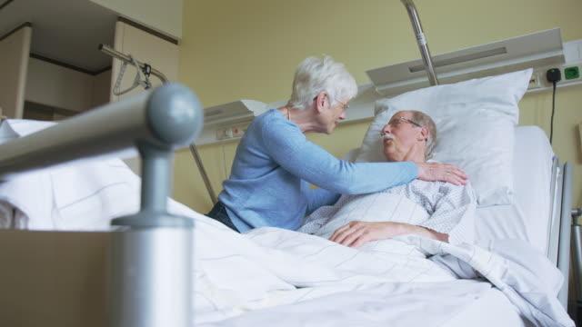 病院病棟で回復している夫を訪問する女性 ビデオ