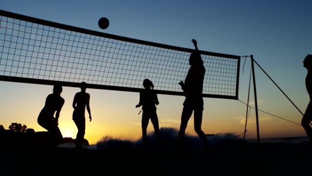 Weibliche Volleyball-Spieler spielen Sie Volleyball 4k – Video