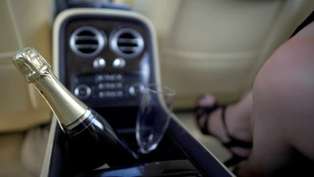 weibchen mit attraktiven beinen sitzt auf dem rücksitz teure autos, escort-service - teurer lebensstil stock-videos und b-roll-filmmaterial