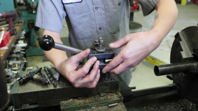 arbeitnehmerin in einer werkstatt beschäftigt - pflicht stock-videos und b-roll-filmmaterial