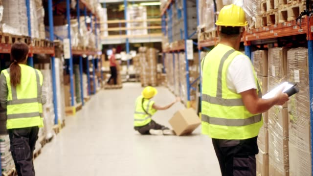 vídeos de stock e filmes b-roll de female worker falling down in warehouse - perigo