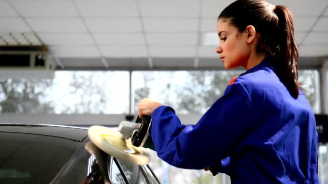 operaio femminile lucidare un'auto - lucidare video stock e b–roll