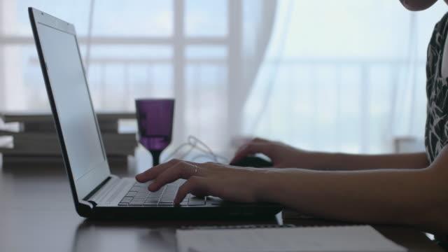 自宅で仕事女性。部屋でノート パソコンを使用してください。 ビデオ